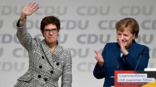 Annegret Kramp-Karrenbauer, victorieuse, aux cotés de la chancelière allemande Angela Merkel, à Hambourg, le 7 décembre 2018.