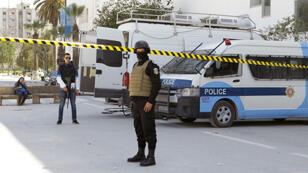 Des policiers tunisiens près du Musée du Bardo à Tunis