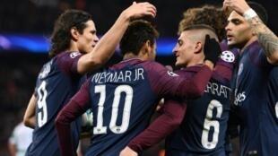 لاعبو باريس سان جرمان يحتفلون بالتسجيل في مرمى سلتيك الإسكتلندي 23 تشرين الثاني/نوفمبر 2017
