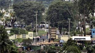 Des policiers protègent le cimetière de Williamsville, à Abidjan, lors des funérailles de DJ Arafat le 31 août..
