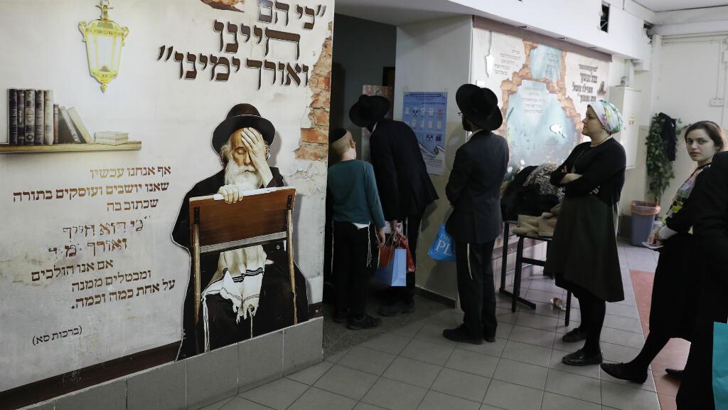 Los votantes judíos ultraortodoxos hacen fila para emitir su voto durante las elecciones parlamentarias de Israel el 9 de abril de 2019 en la ciudad central israelí de Bnei Brak.