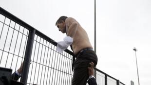 Le Directeur des ressources humaines d'Air France Xavier Broseta, torse nu après avoir été pris à partie par des salariés, le 5 octobre 2015.