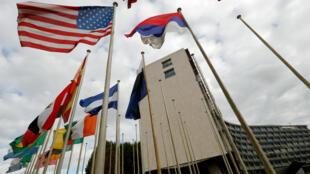Una bandera estadounidense ondea en el exterior de las oficinas de la Unesco en París, el 12 de octubre de 2017.