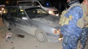 عناصر من الشرطة العراقية في موقع الهجوم في شرق بغداد 11 يناير 2016
