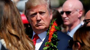 A su llegada a Hawaii, el presidente de Estados Unidos, Donald Trump, recibió un collar de flores.