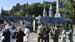Des militaires de l'opération Sentinelle patrouillent le 13 août dans le sanctuaire de Lourdes.