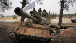 Des rebelles syriens de l'Armée de la conquête lancent une vaste contre-offensive à Alep, le 28 octobre 2016.