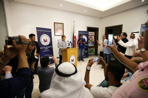 سفير الفلبين ريناتو أوفيلا متحدثا في مؤتمر صحفي في سفارة بلاده بالكويت في 21 أبريل 2018