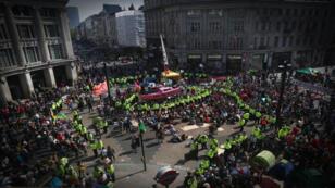 Activistas ambientales son vistos durante una protesta de rebelión de extinción en Oxford Circus en Londres, Reino Unido, el 19 de abril de 2019.