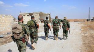 Des soldats du régime syrien arpentent une route à l'est d'Alep, le 16 octobre 2015.