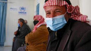 Sirios esperan ser vacunados contra el covid-19 en el centro médico del campo de refugiados de Zaatari, en Jordania, el 15 de febrero de 2021