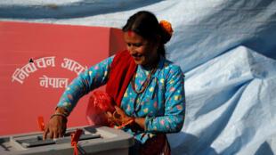 Una mujer en el distrito de Sindhupalchok deposita su voto en las primeras elecciones parlamentarias y provinciales en Nepal tras la Constitución de 2015