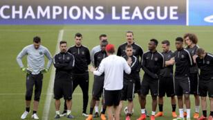 L'entraîneur du PSG Laurent Blanc donne ses dernières consignes avant le match contre le Barça, qui aura lieu le 21 avril au Camp Nou.