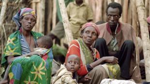 Tutsis desplazados descansan en un campamento de refugiados en Kabgayi, 28 de mayo de 1994.
