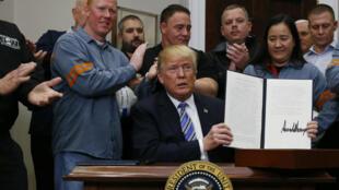 """El presidente de Estados Unidos firmó los nuevos aranceles para las importaciones de acero y aluminio como medida de """"protección nacional"""""""