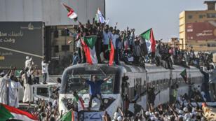 Le train, en provenance de la ville d'Atbara, berceau de la contestation, arrivant à Khartoum, mardi 23 avril.