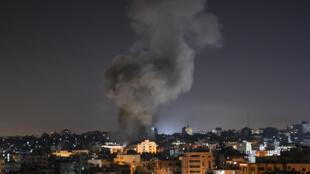عمود من الدخان بعد ضربة اسرائيلية في قطاع غزة في 15 أيار/مايو 2021