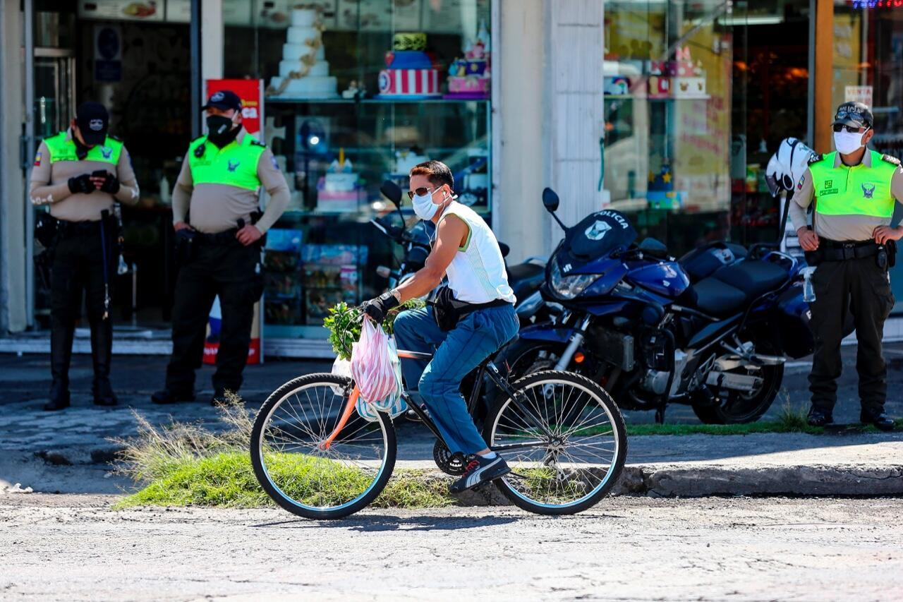 Archivo-Un ciclista transita por una calle de Quito, Ecuador, el 4 de junio de 2020 en momentos en los que el país inicia su reactivación tras 77 días de aislamiento por la pandemia.