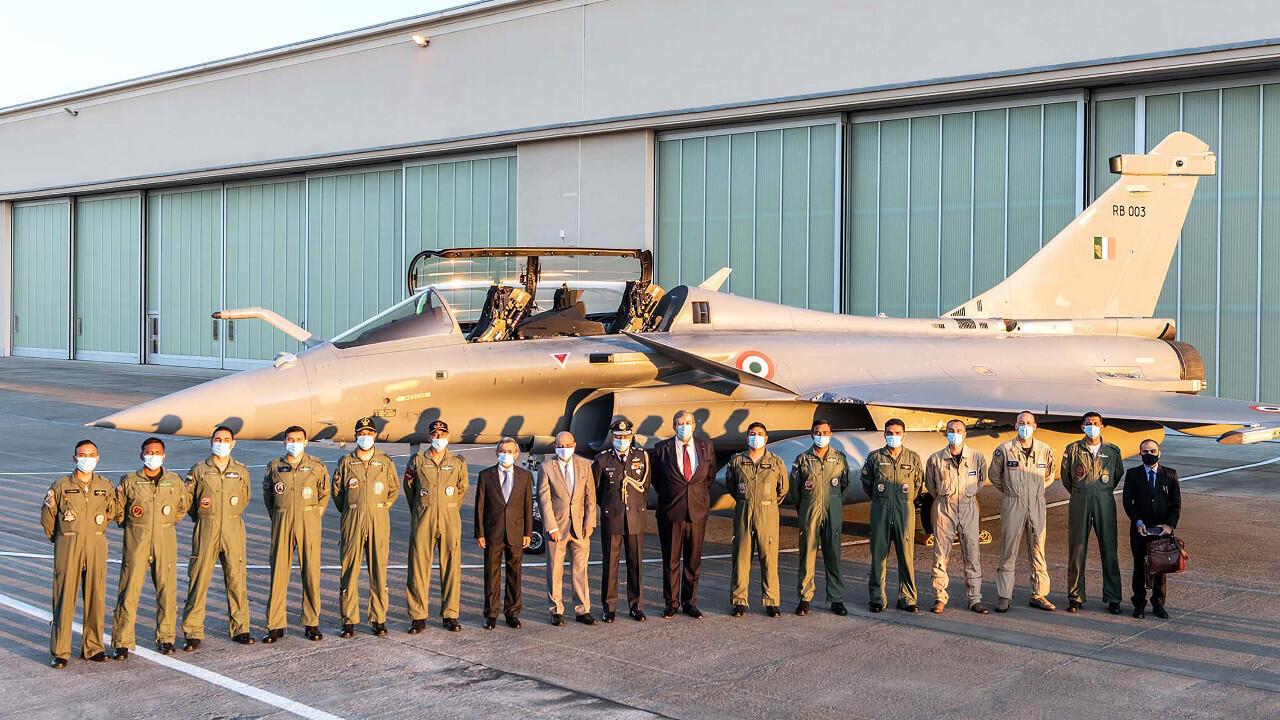 Une photo prise et diffusée le 27 juillet 2020 par Dassault Aviation montrant notamment des pilotes de chasse indiens et un Rafale de l'armée de l'air indienne sur la base aérienne de Mérignac, dans le sud-ouest de la France.