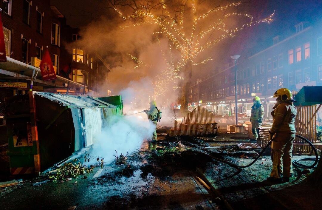 Los bomberos extinguen un incendio en Groene Hilledijk después de los enfrentamientos entre un grupo de jóvenes y la policía en Rotterdam, Países Bajos, la noche del 25 de enero de 2021.