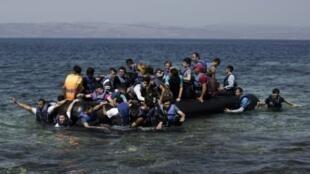 لاجئون سوريون عند وصولهم إلى جزيرة ليسبوس اليونانية