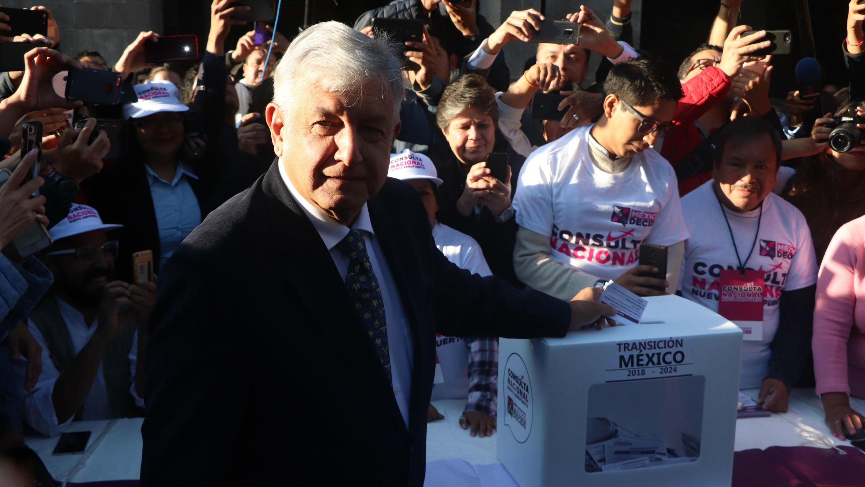El presidente electo de México, Andrés Manuel López Obrador, emitiendo su voto en la consulta, el 25 de octubre de 2018, en Ciudad de México, México.