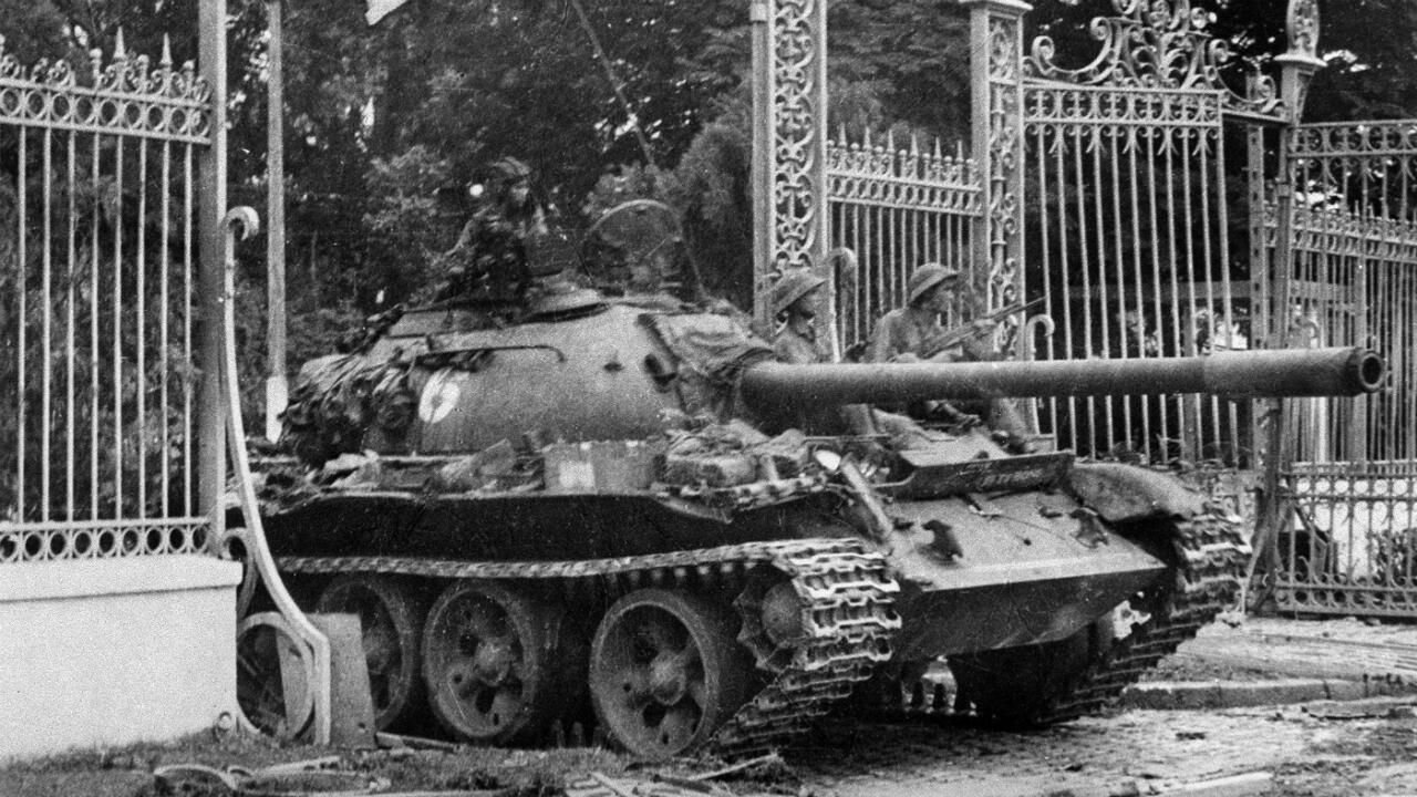 Imagen de archivo que muestra el tanque del Ejército de Vietnam del Norte que rompe la puerta del palacio presidencial de Vietnam del Sur, el último bastión del Gobierno de Vietnam del Sur, en Saigón el  30 de abril de 1975.