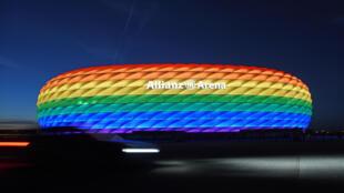 """إضاءة ملعب """"أليانز أرينا"""" في ميونيخ بألوان قوس قزح في 30 يناير 2021، بعد مباراة في الدوري الألماني."""