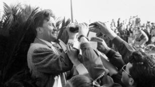 L'acteur américain Kirk Douglas signe des autographes pendant le festival de Cannes, le 17 avril 1953.
