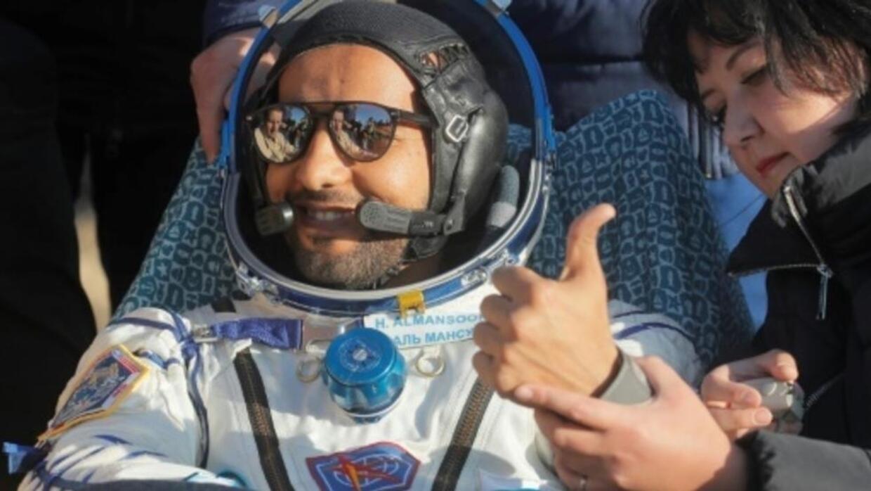 الإماراتي هزاع المنصوري يصل الأرض بعد مهمة استمرت ثمانية أيام في محطة الفضاء الدولية