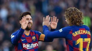 Les Barcelonais Lionel Messi et Antoine Griezmann comptent parmi les footballeurs les mieux payés du monde, ici en match de Liga contre Eibar au Camp Nou de Barcelone le 22 février 2020