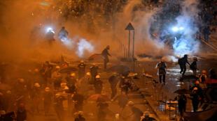 La police charge les manifestants à Hong Kong près du Parlement local, lundi 1er juillet.
