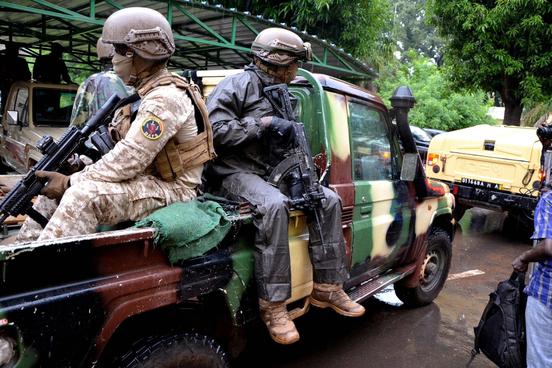 أعضاء من اللجنة الوطنية لإنقاذ الشعب  التي أطاحت بالرئيس المالي إبراهيم بوبكر كيتا، في باماكو ،مالي، 22 أغسطس  2020