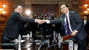 El ministro de Unificación de Corea del Sur, Cho Myoung-gyon, saluda a su homólogo norcoreano, Ri Son Gwon, después de su reunión en la aldea fronteriza de Panmunjom, el 29 de marzo de 2018.