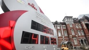 Un reloj marca la cuenta atrás para el comienzo de los Juegos Olímpicos de Tokio el 23 de julio de 2020 en la capital japonesa