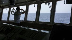 Un membre de l'Aquarius scrute la mer Méditerranée, le 11 août 2017, au large des côtes libyennes.