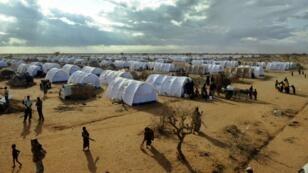 Des réfugiés somaliens s'installent dans une nouvelle extension du camp d'Ifo, dans le complexe humanitaire de Dadaab au Kenya, le 31 juillet 2011.