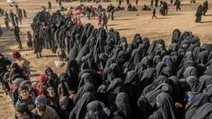"""مدنيون تم إجلاؤهم من آخر جيب لتنظيم """"الدولة الإسلامية"""" في شرق سوريا. 5 مارس/آذار 2019."""