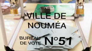 Urne dans un bureau de vote à Nouméa, le 4 octobre 2020