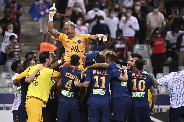 Les joueurs du Paris Saint-Germain portent leur gardien à l'issue de la victoire en finale de la Coupe de la Ligue face à Lyon, au Stade de France, le 31 juillet 2020.