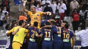 Les joueurs du Paris-SG portent leur gardien à l'issue de la victoire en finale de la Coupe de la Ligue face à Lyon, au Stade de France, le 31 juillet 2020