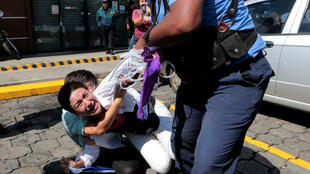 """La policía antidisturbios intenta detener a un manifestante durante una marcha llamada """"Unidos por la libertad"""" contra el presidente de Nicaragua , Daniel Ortega, en Managua. Octubre 14 de 2018."""