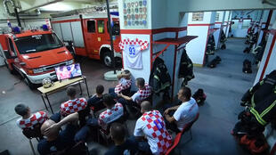 Les pompiers de la caserne de Zagreb, pendant la séance de tirs au but du match Russie-Croatie au Mondial-2018.