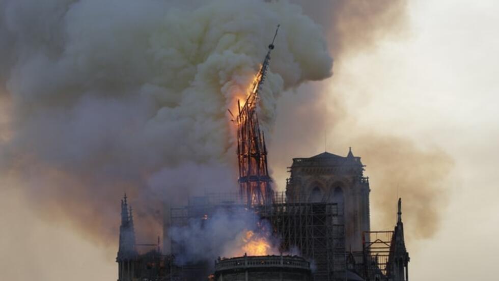 La célèbre flèche de Notre-Dame, œuvre de Viollet-le-Duc (XIXe siècle), n'a pas survécu aux flammes.