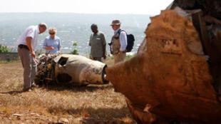 Investigadores franceses examinan los restos del avión Dassault Falcon 50 de Juvénal Habyarimana, el 18 de septiembre de 2010.