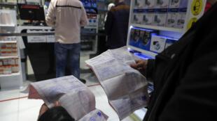 Un homme muni d'ordonnances attend dans une pharmacie, le 2 février 2021 à Beyrouth, au Liban