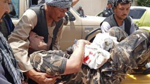 عنصر أمني تابع لمديرية الأمن الوطني الأفغاني محمول على محفة بعد هجوم بسيارة مفخخة في مدينة ايباك في ولاية سمنكان في 13 تموز/يوليو 2020.