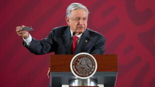 El presidente de México, Andrés Manuel López Obrador, revela un dispositivo hallado en una sala donde celebra sus reuniones privadas en el Palacio Nacional, en Ciudad de México, México, el 3 de septiembre de 2019.