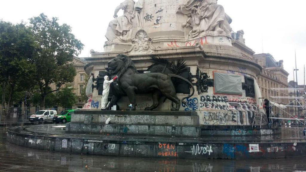 Le nettoyage de la statue de la République a débuté lundi 1er août 2016.