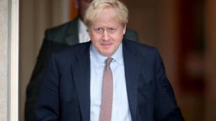 رئيس الوزراء البريطاني بوريس جونسون أمام مقر الحكومة بداونينغ ستريت. 23 أكتوبر/تشرين الأول